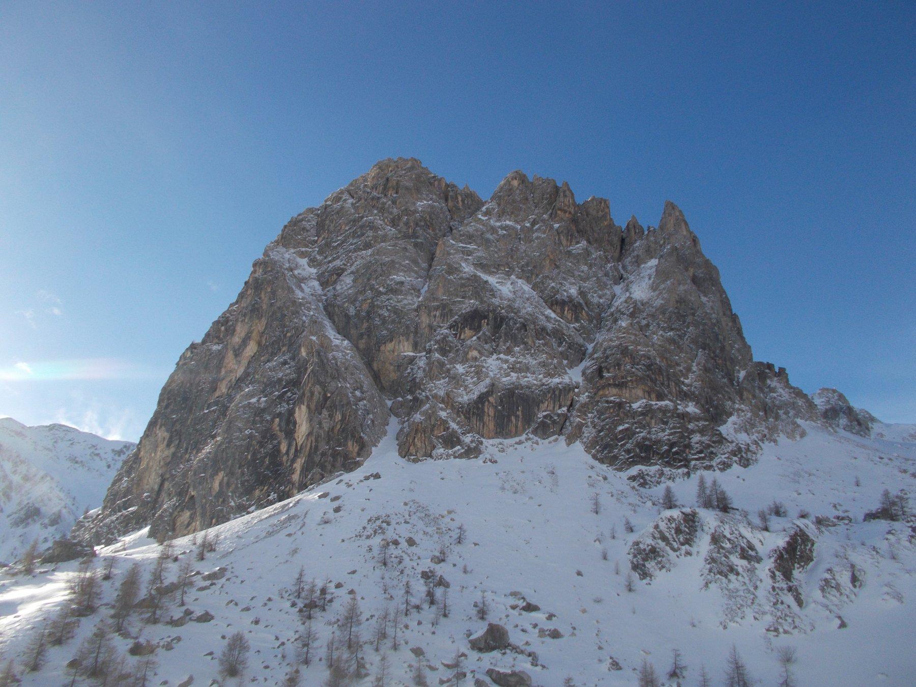 rocca Parvo da nord con la goulotte obliqua a sx a incidere per intero la parete..