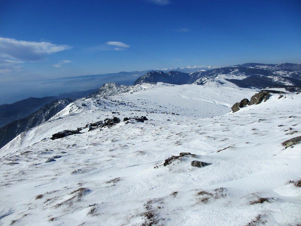 Dalla cima Vaccaria uno sguardo verso le Alpi liguri