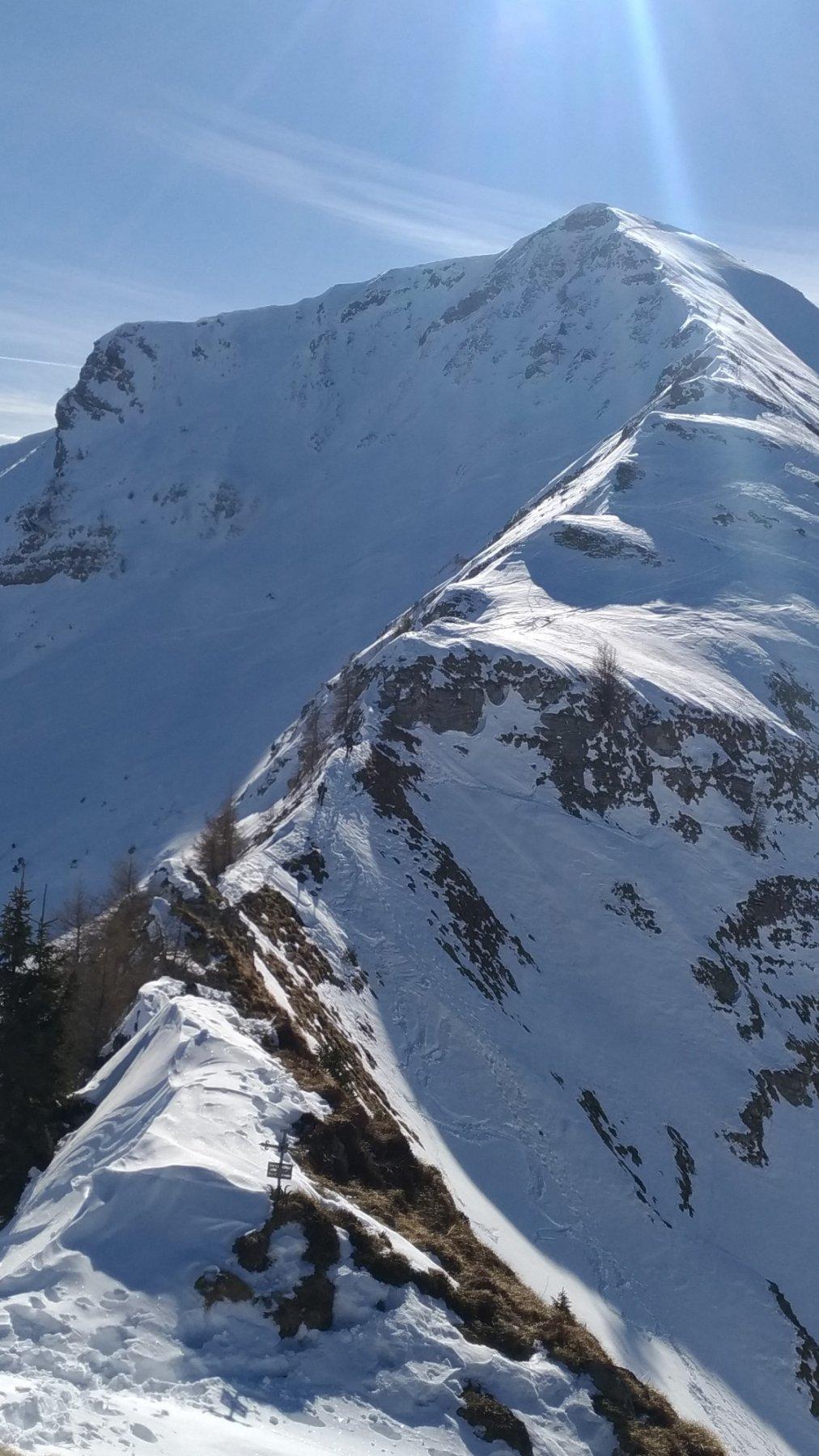 Crinale Benfit. Al centro, il salto di roccia e due sci-alpinisti