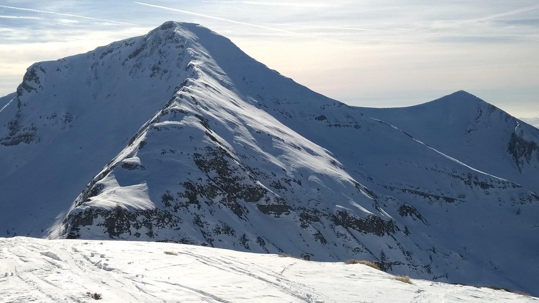 Dalla cima dell'Avert, il crinale a sinistra verso il Benfit e a destra il Timogno