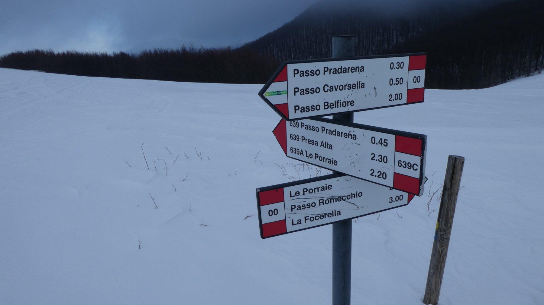 cartelli indicatori nei pressi del Passo della Comunella