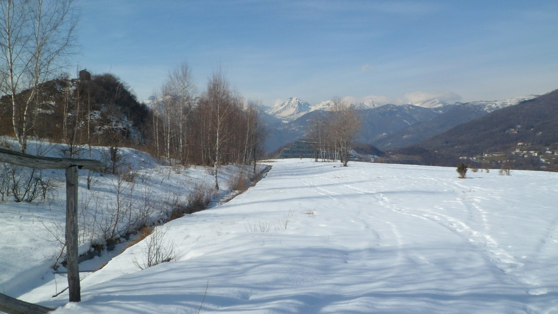 Uno sguardo indietro verso le montagne dal sentiero per il Rolei