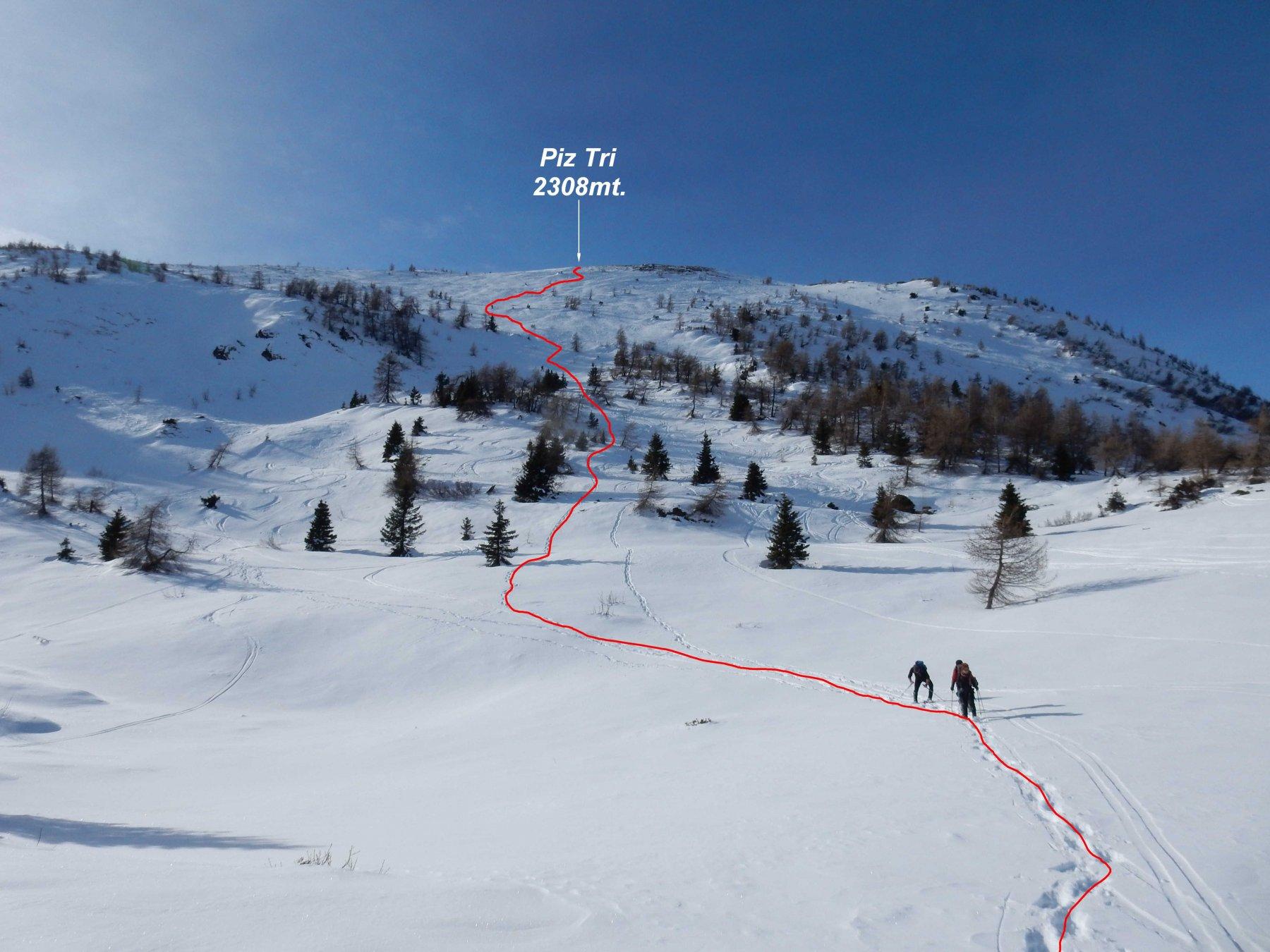 In rosso la traccia che scende diretta sulla pala del Piz Tri. Max.35°