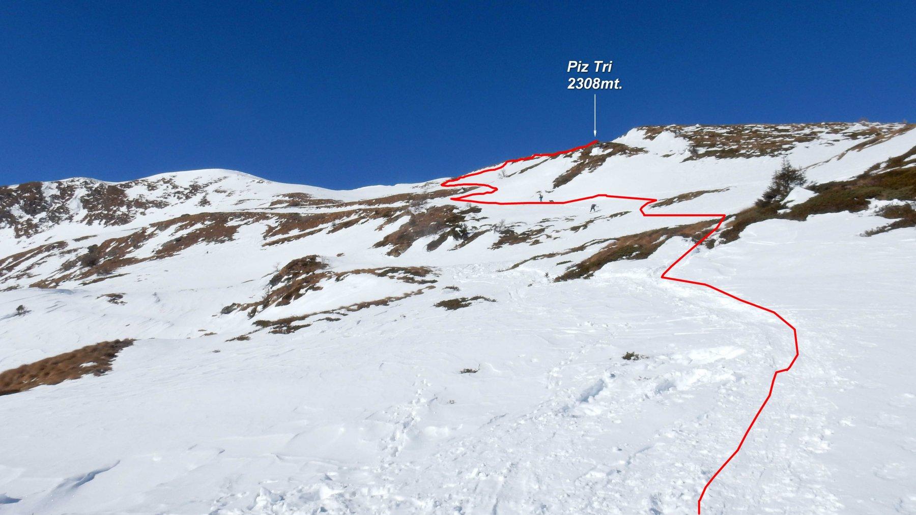 In rosso la traccia  sul tratto finale che porta al Piz Tri spelacchiato dal vento.