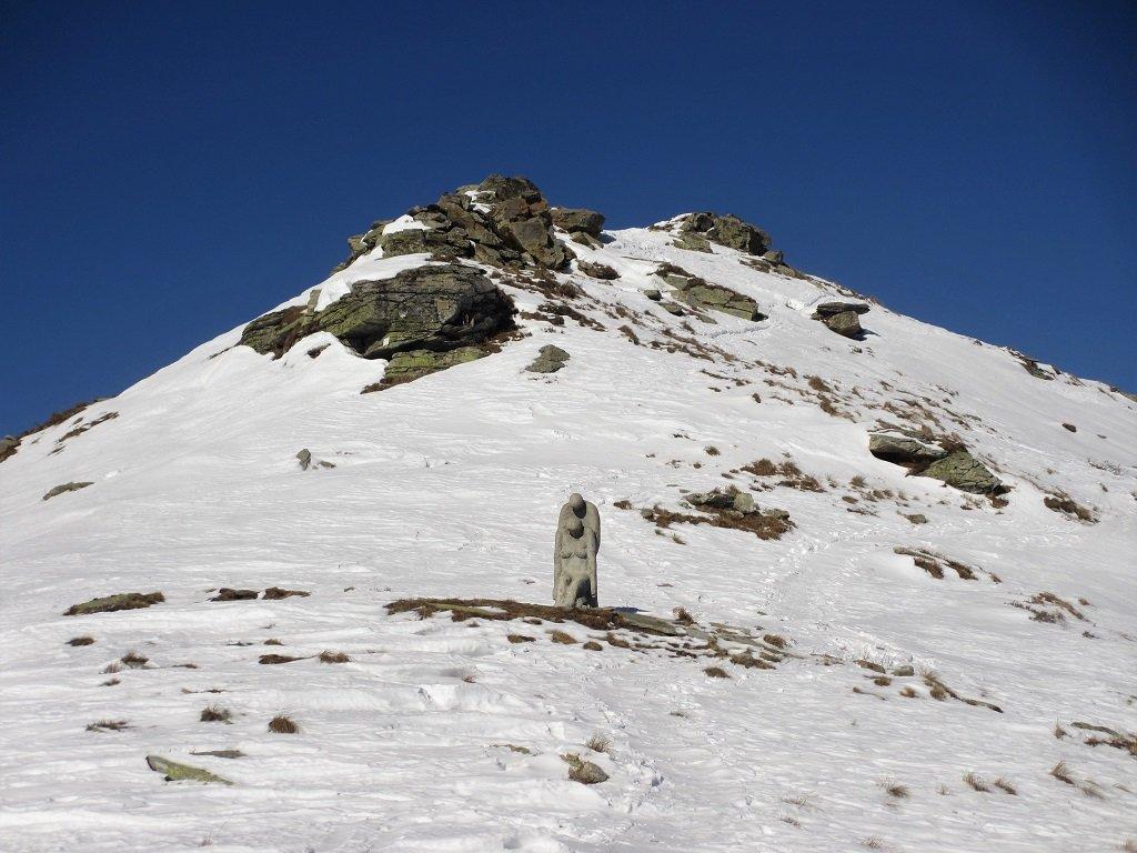 Sotto l'anticima del Birrone una statua suggestiva