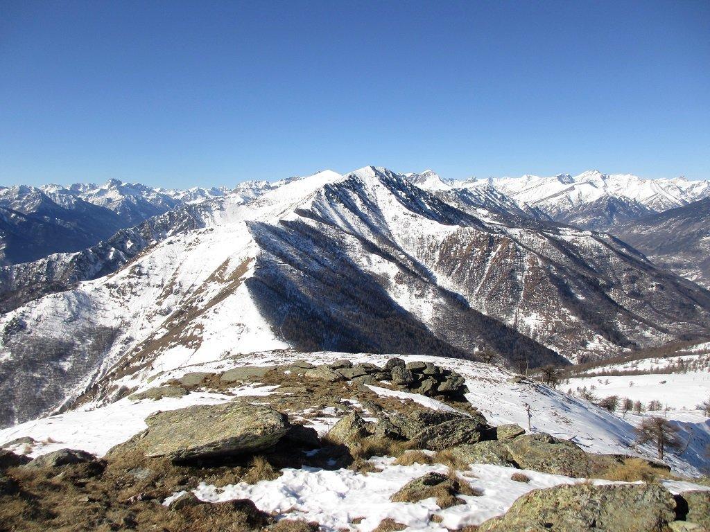 Dal Birrone la dorsale prosegue verso i monti Longia, Rastcias ecc...