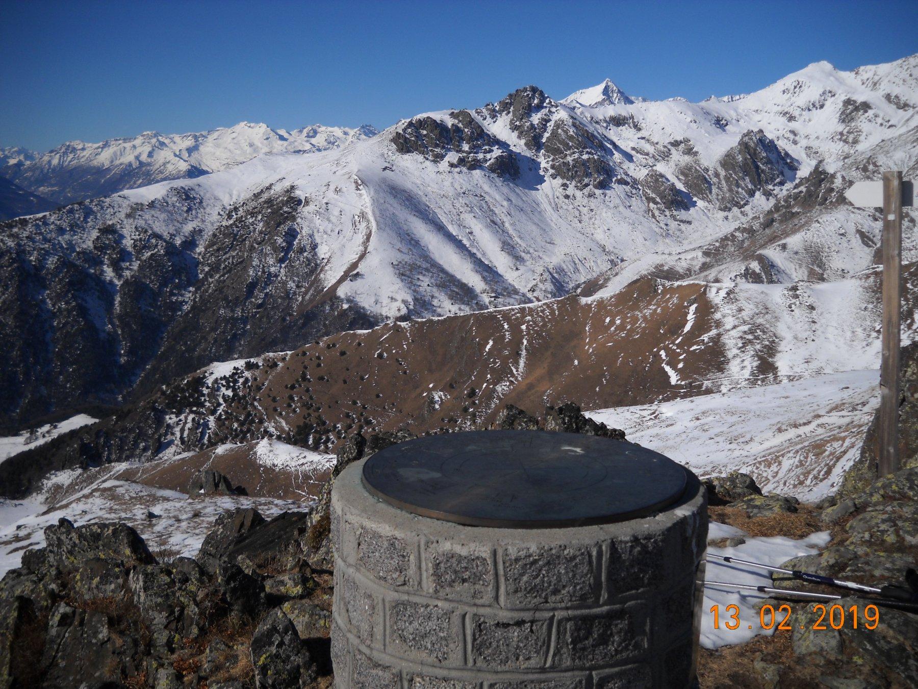 Rosa dei venti punto panoramico verso rocca Patanùa in primo piano, dietro il Rocciamelone
