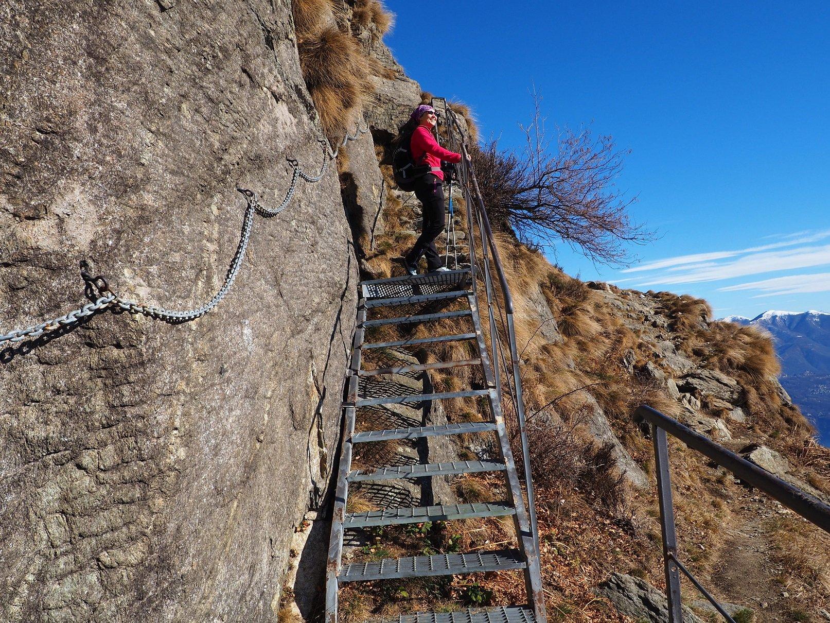 La scaletta che sale al posto di osservazione. Sulla destra il sentiero che sale alle tre croci.
