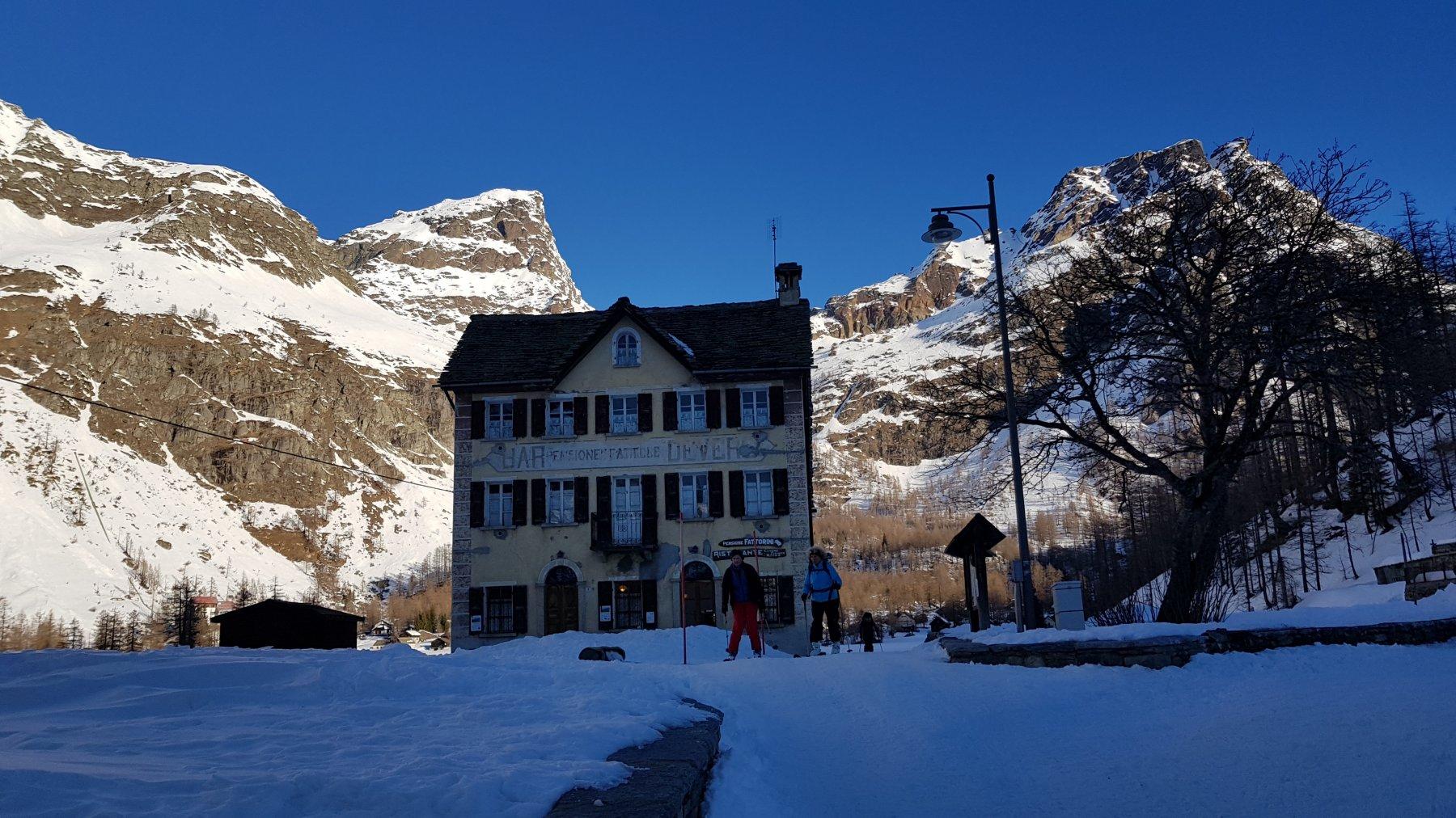 Al mattino al Devero c'è un bel freschino e la neve è dura