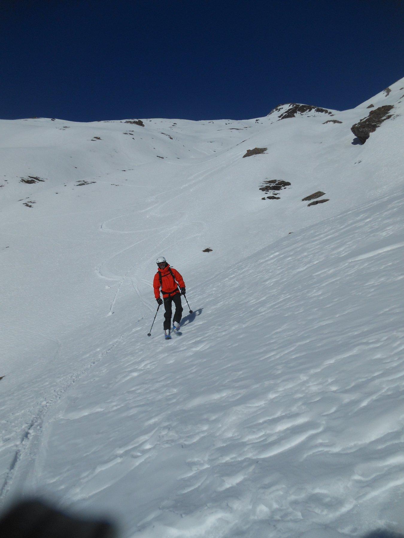 belle curve su neve primaverile rinvenuta