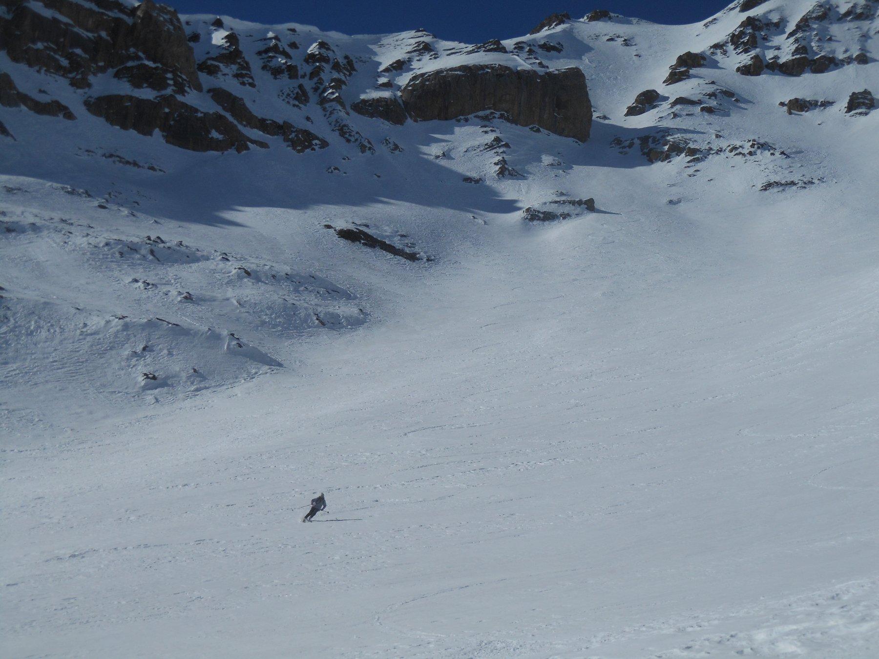 Curvoni in alto in neve vecchia, cercando la migliore qualità