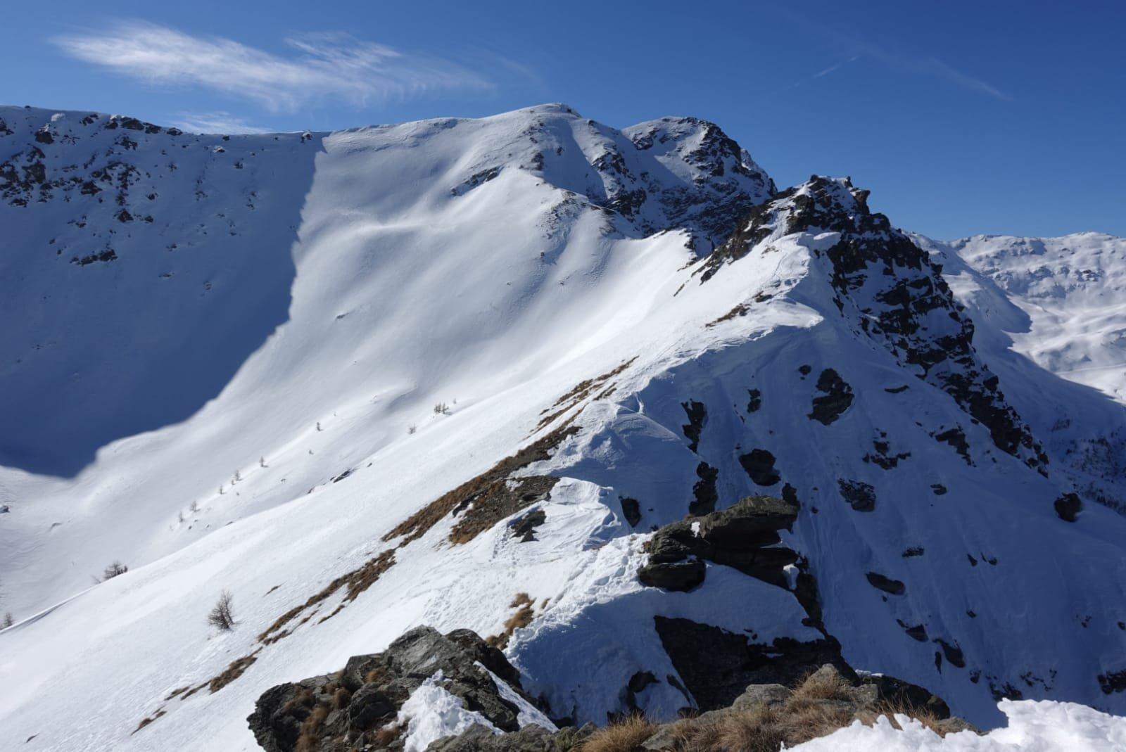 La lunga cresta, sullo sfondo il Labiez