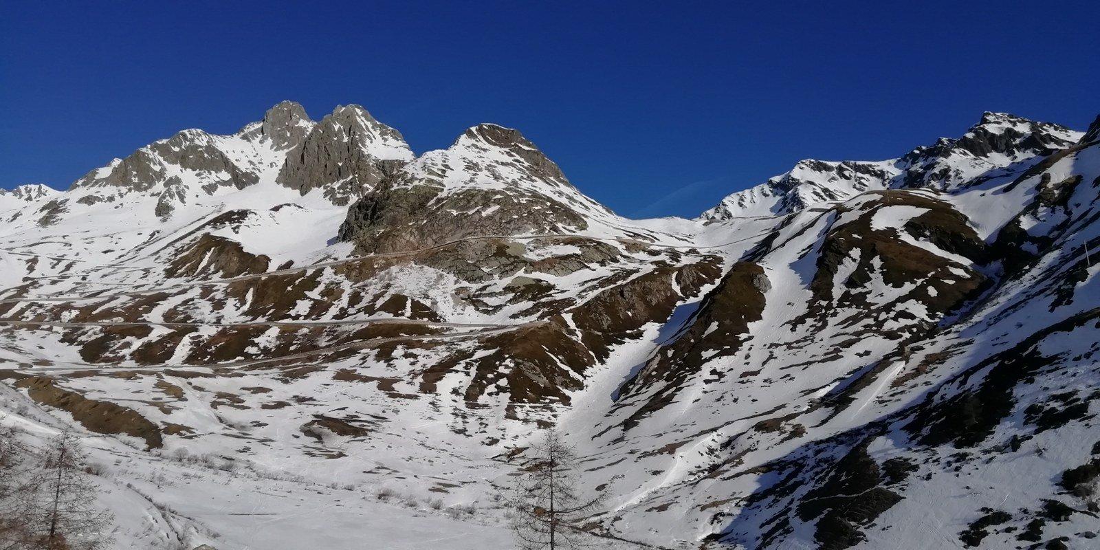 Situazione neve parte bassa con il canale di discesa visibile al centro