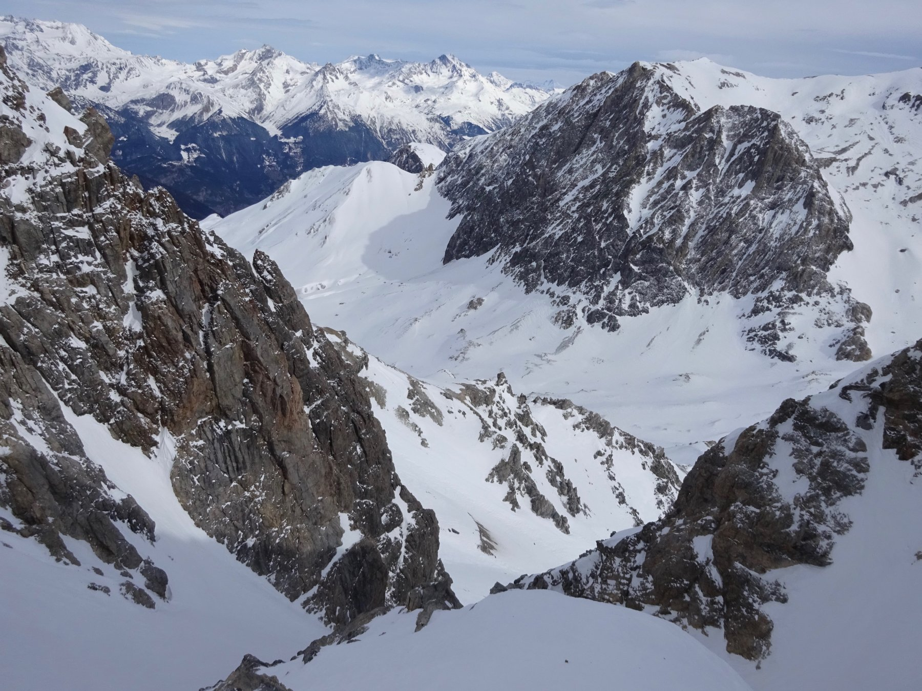Dal promontorio che divide in 2 la parte alta del canale NE, uno sguardo al versante francese e all'Argentier