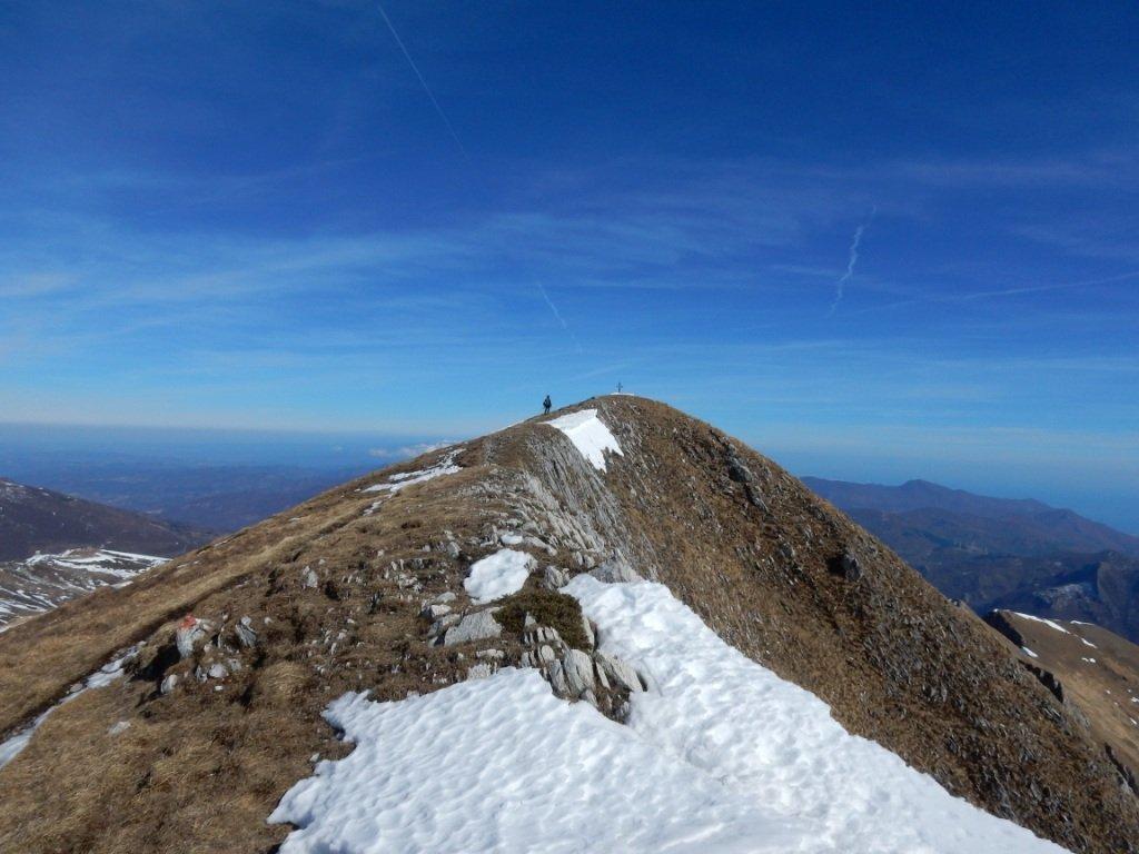 in cresta verso la cima