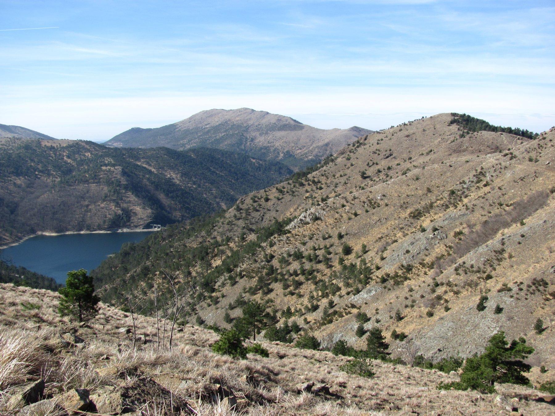 Lago Lungo e Bric Nascio (o Lagolungo) a ds., punto più elevato del giro
