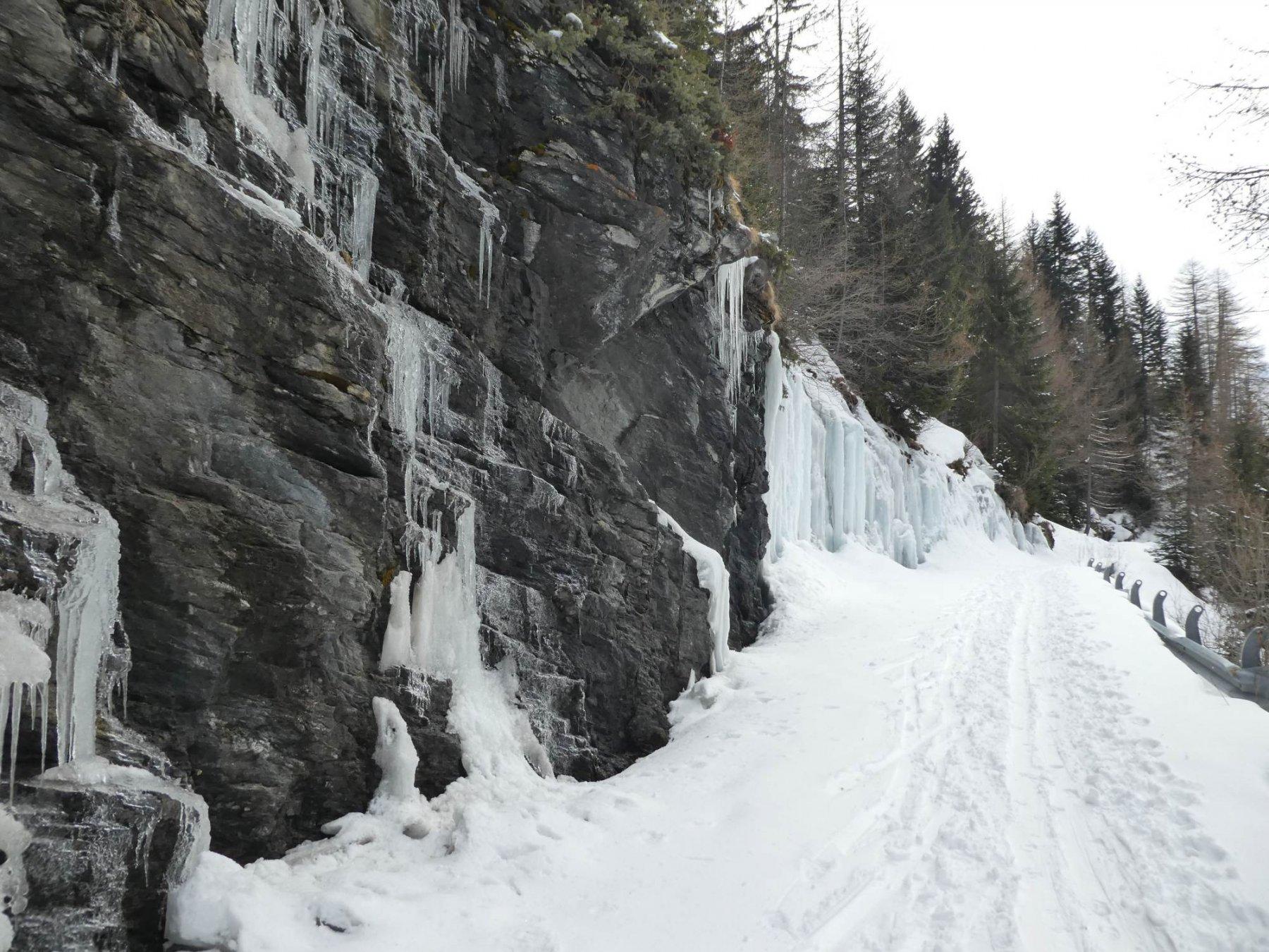 cascate di ghiaccio lungo il sentiero di salita