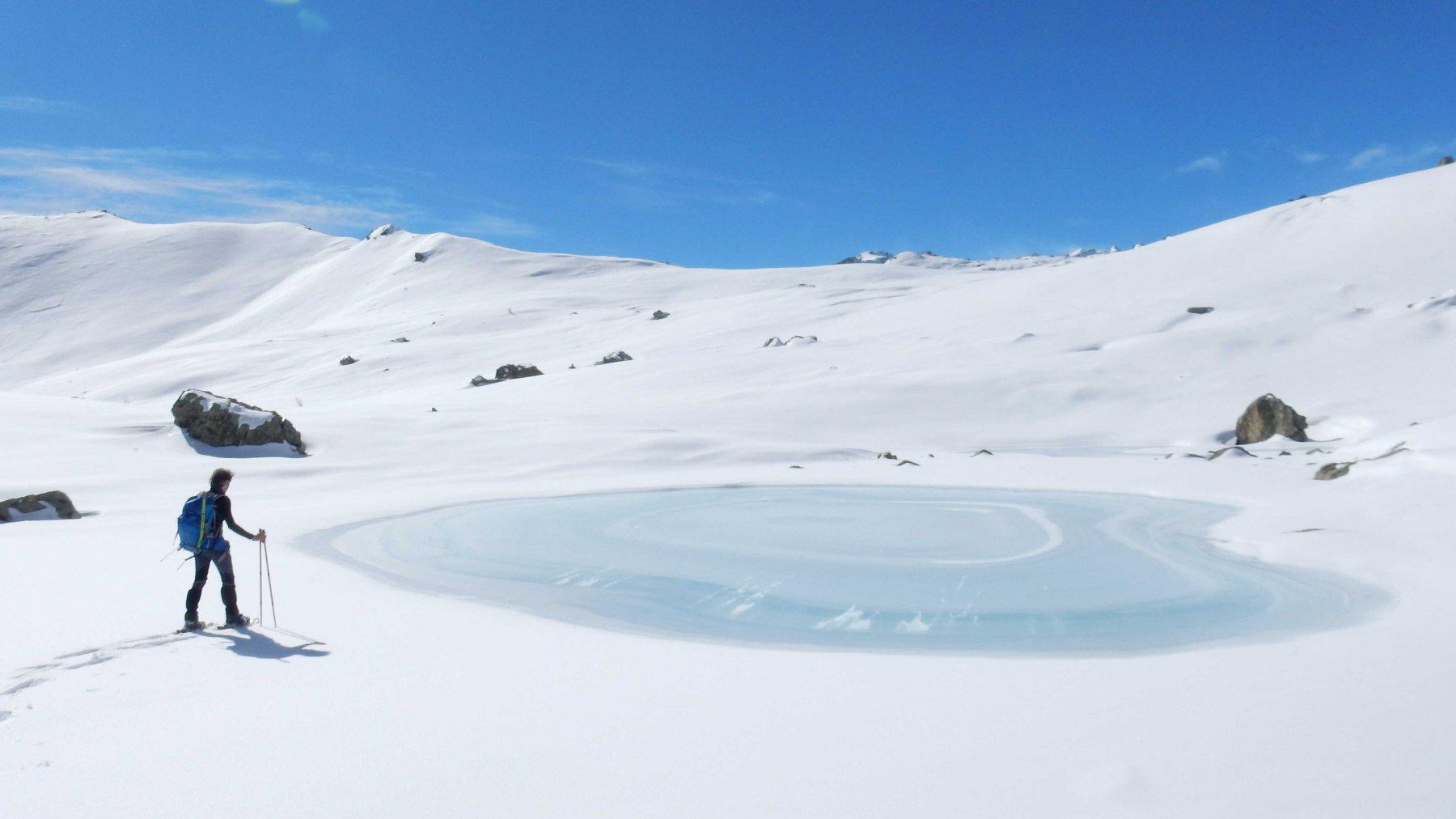 Laghetto ghiacciato tra l'Alp Raty Defour e l'Alp Raty Dessus.