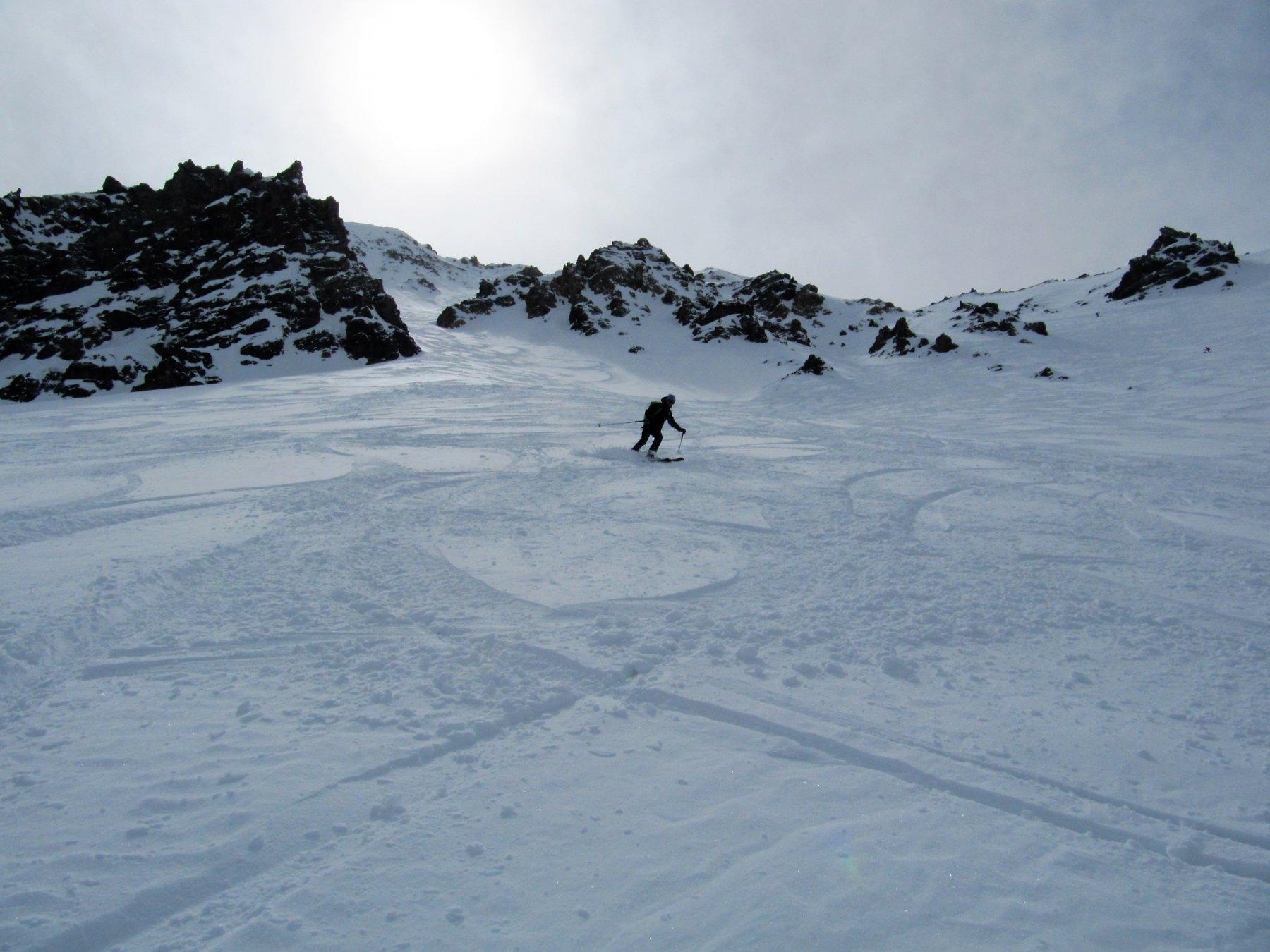 Molte tracce in discesa su bella neve