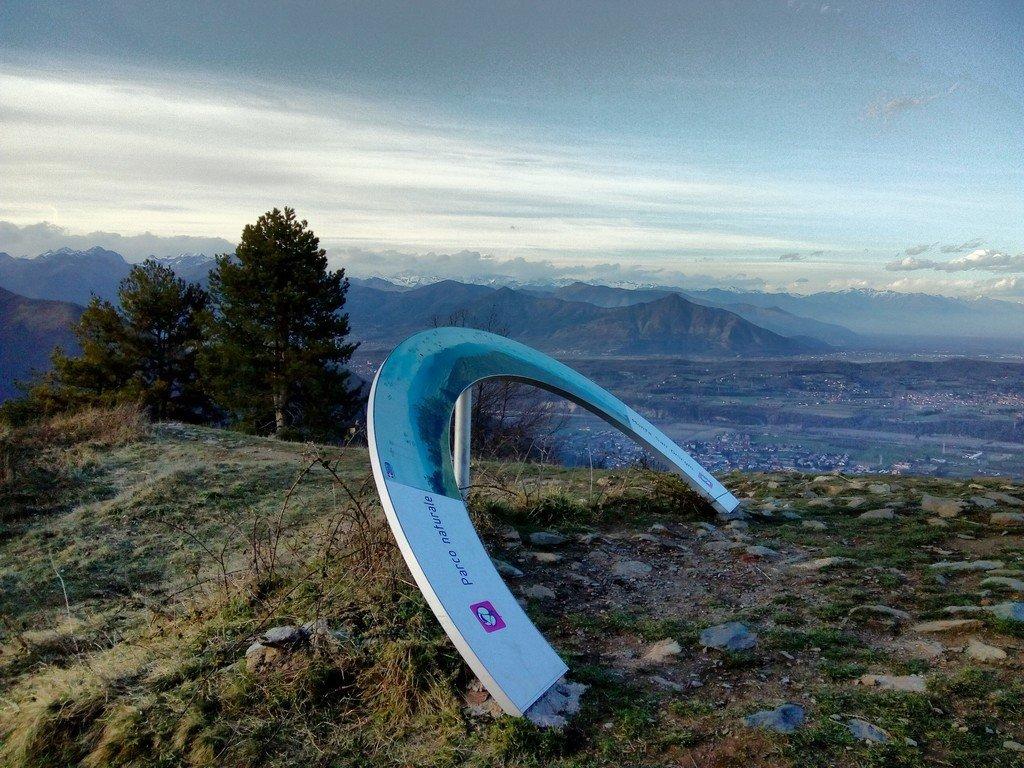 Vetta del Monte San Giorgio con cartellone indicatore delle cime circostanti