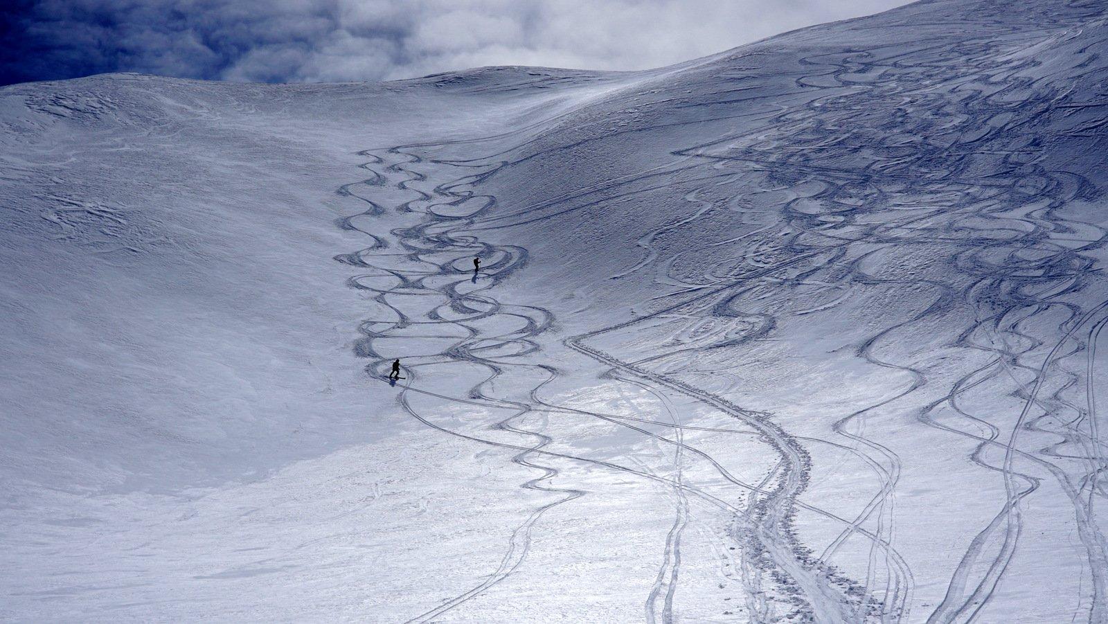 Bei pendii sotto la vetta con neve bella