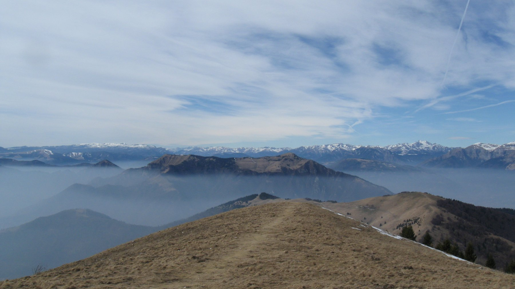 in discesa con in primo piano il gruppo del Tomatico, Monte SAnto e sullo sfondo dall'altopiano di Asiago al Lagorai