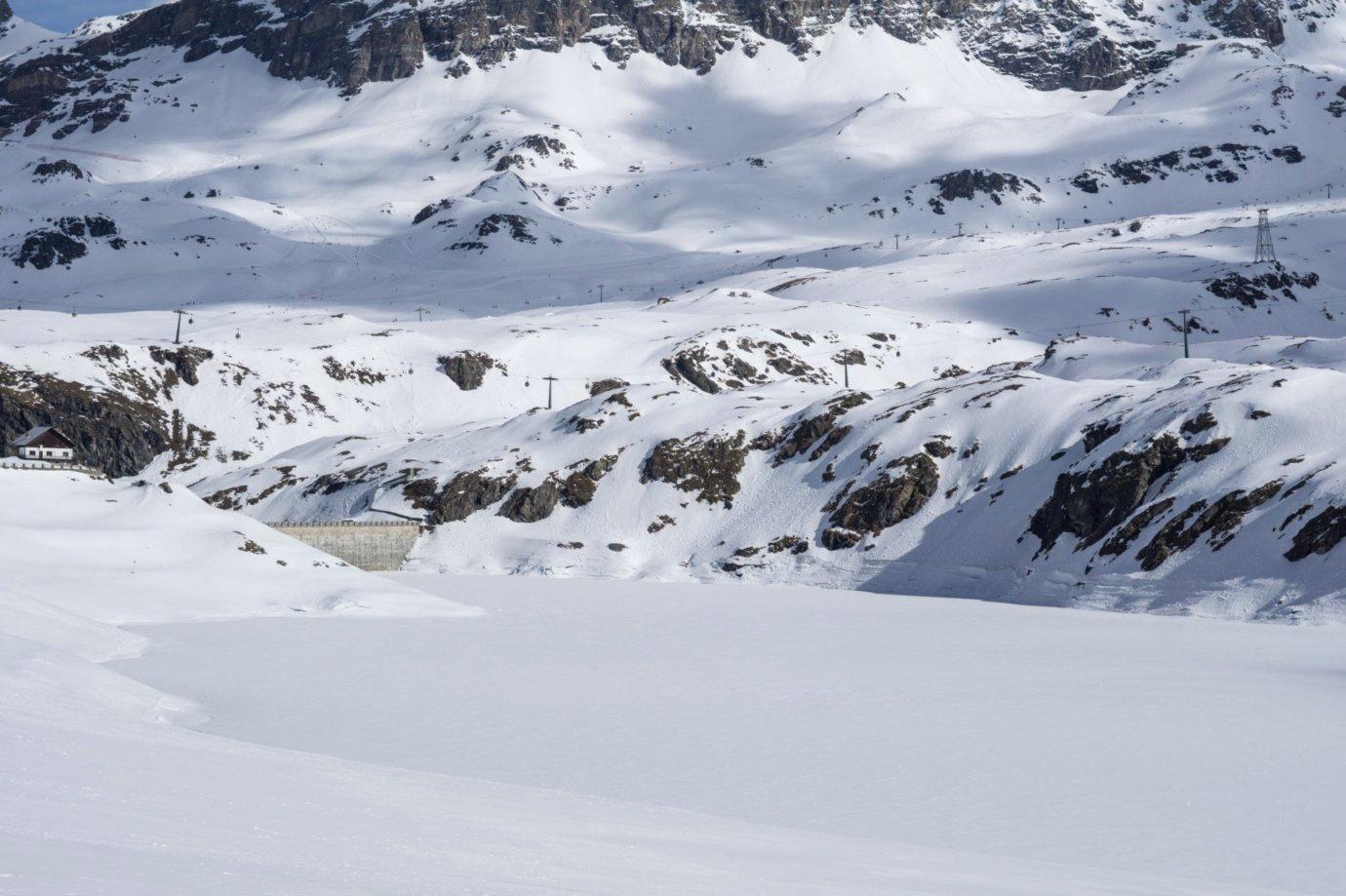 il lago ghiacciato in inverno