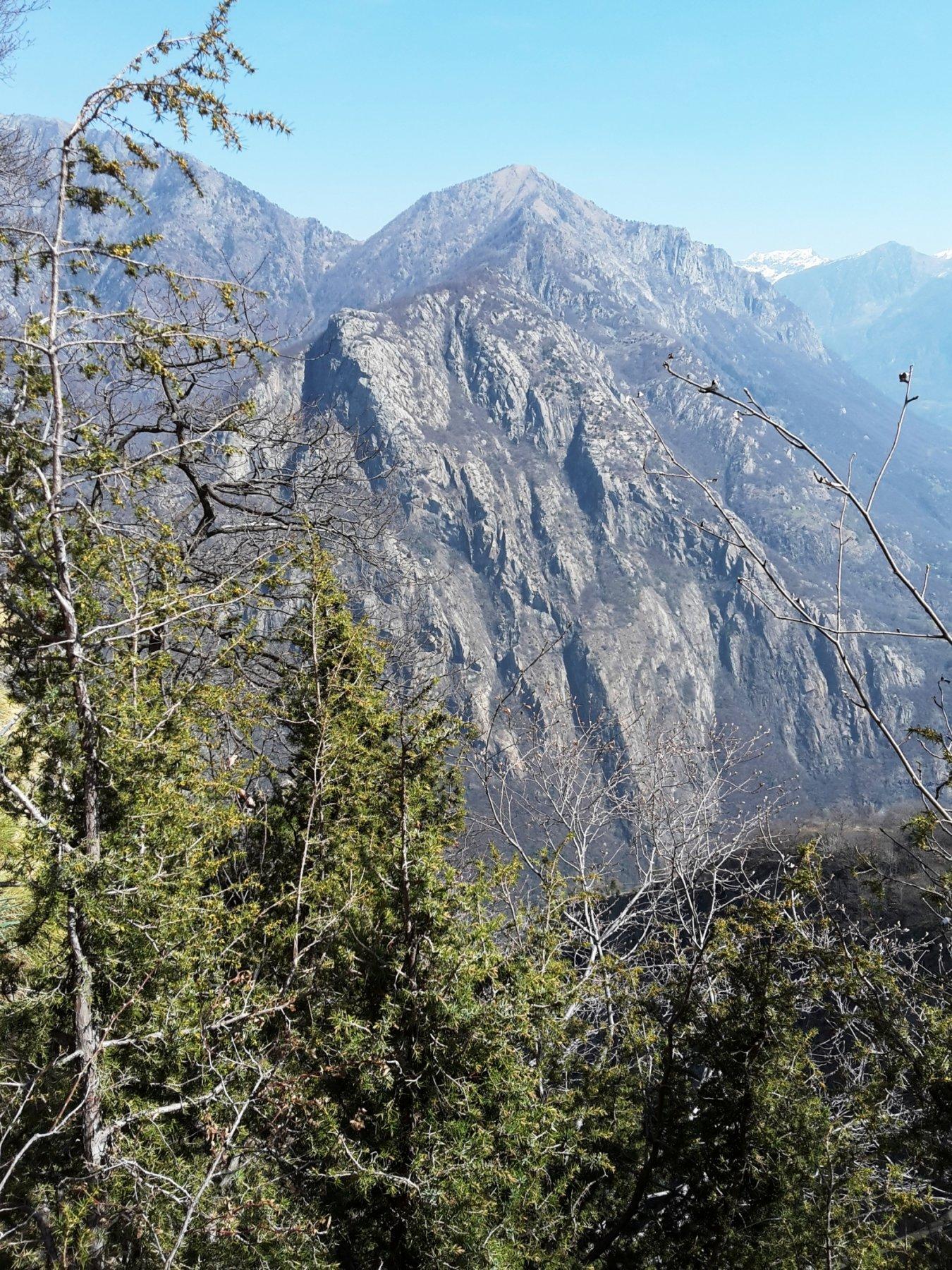 di fronte a noi il Monte Coudrey e le sue vie