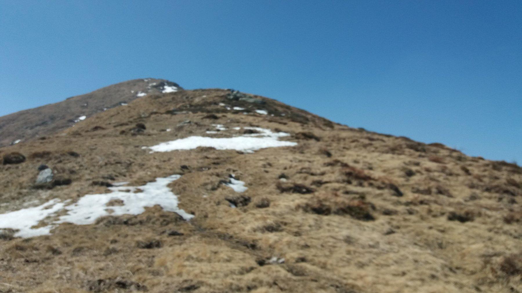 Sporadiche chiazze di neve sotto la vetta