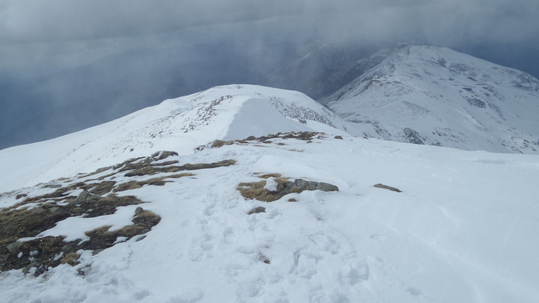 la cresta sommitale appena percorsa vista dalla cima