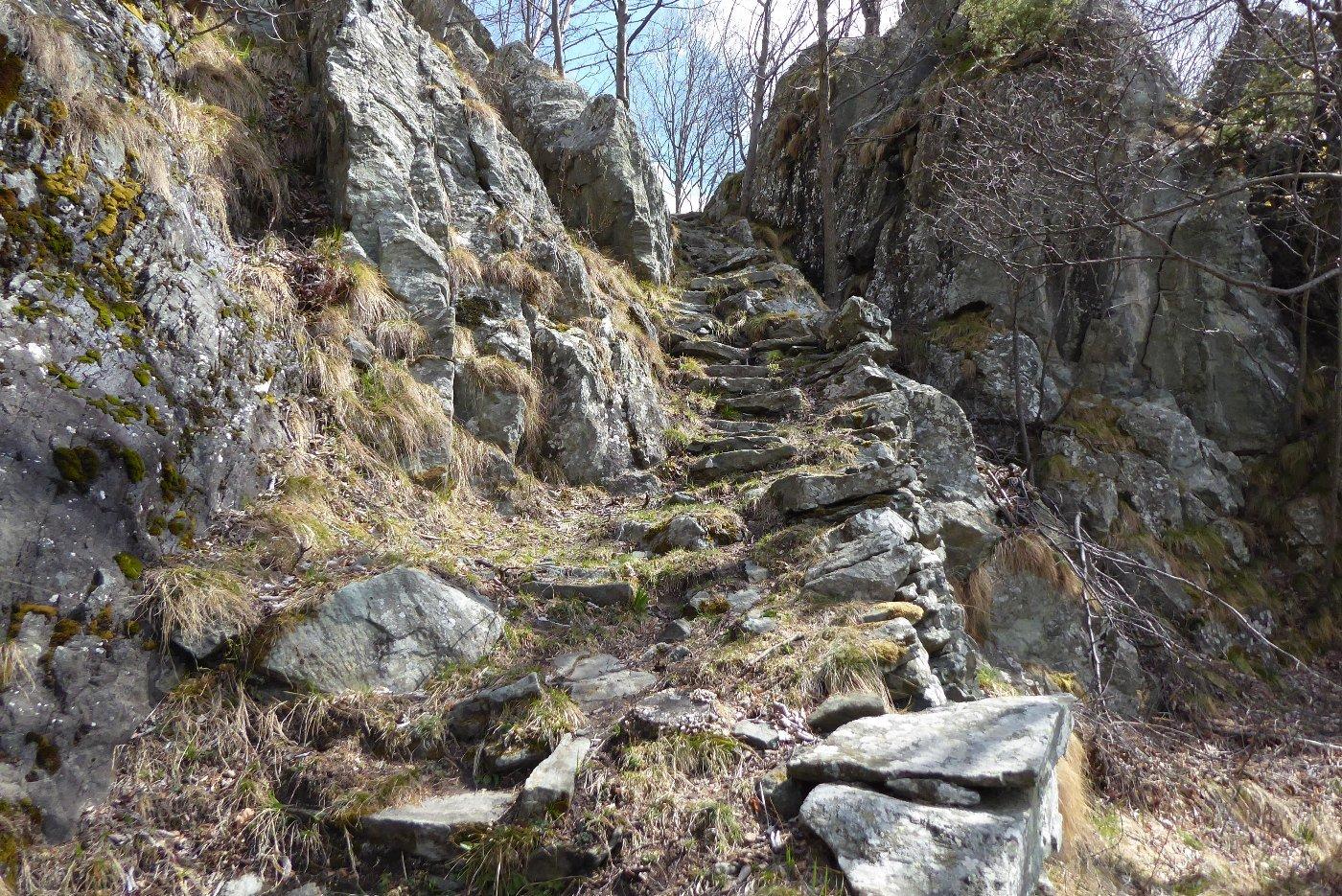La scalinata di pietra prima di Ciampermà