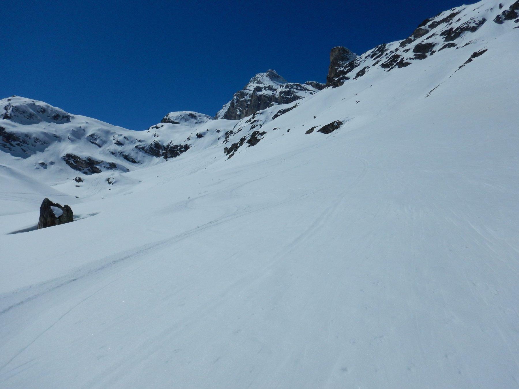 splendida neve primaverile nei pendii che scendono sul benevolo