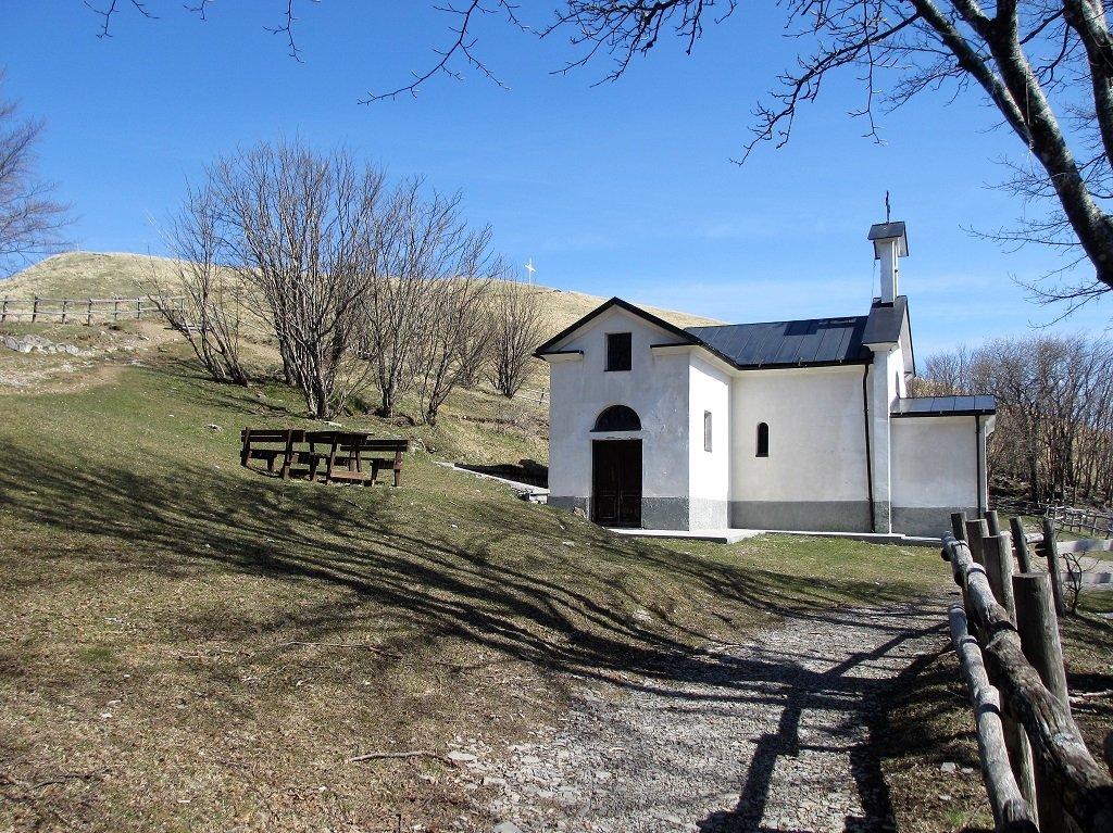 La cappella di San Pietro e la croce dell'Antola
