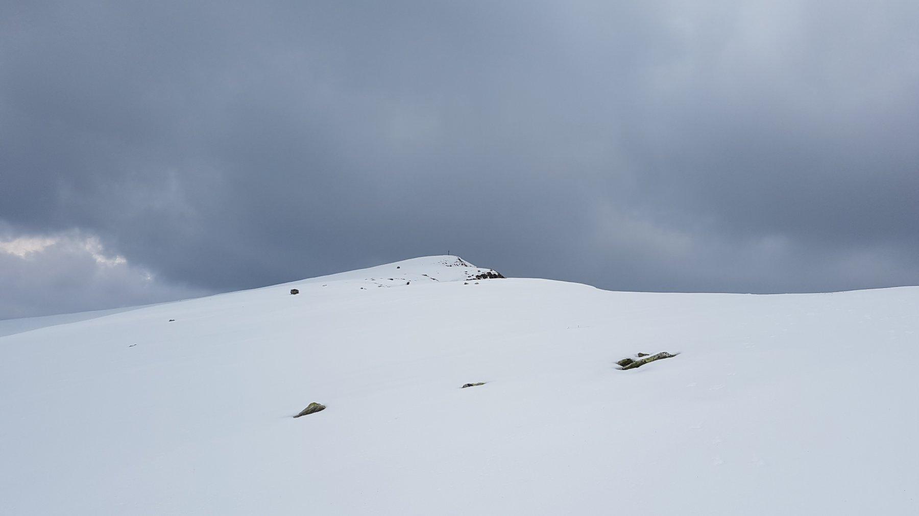 Il crinale innevato verso la cima