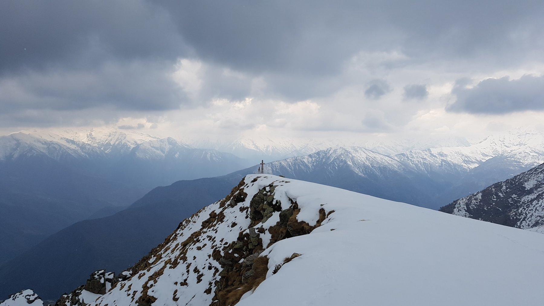 Croce di vetta e sagoma dell'alpino con mitra