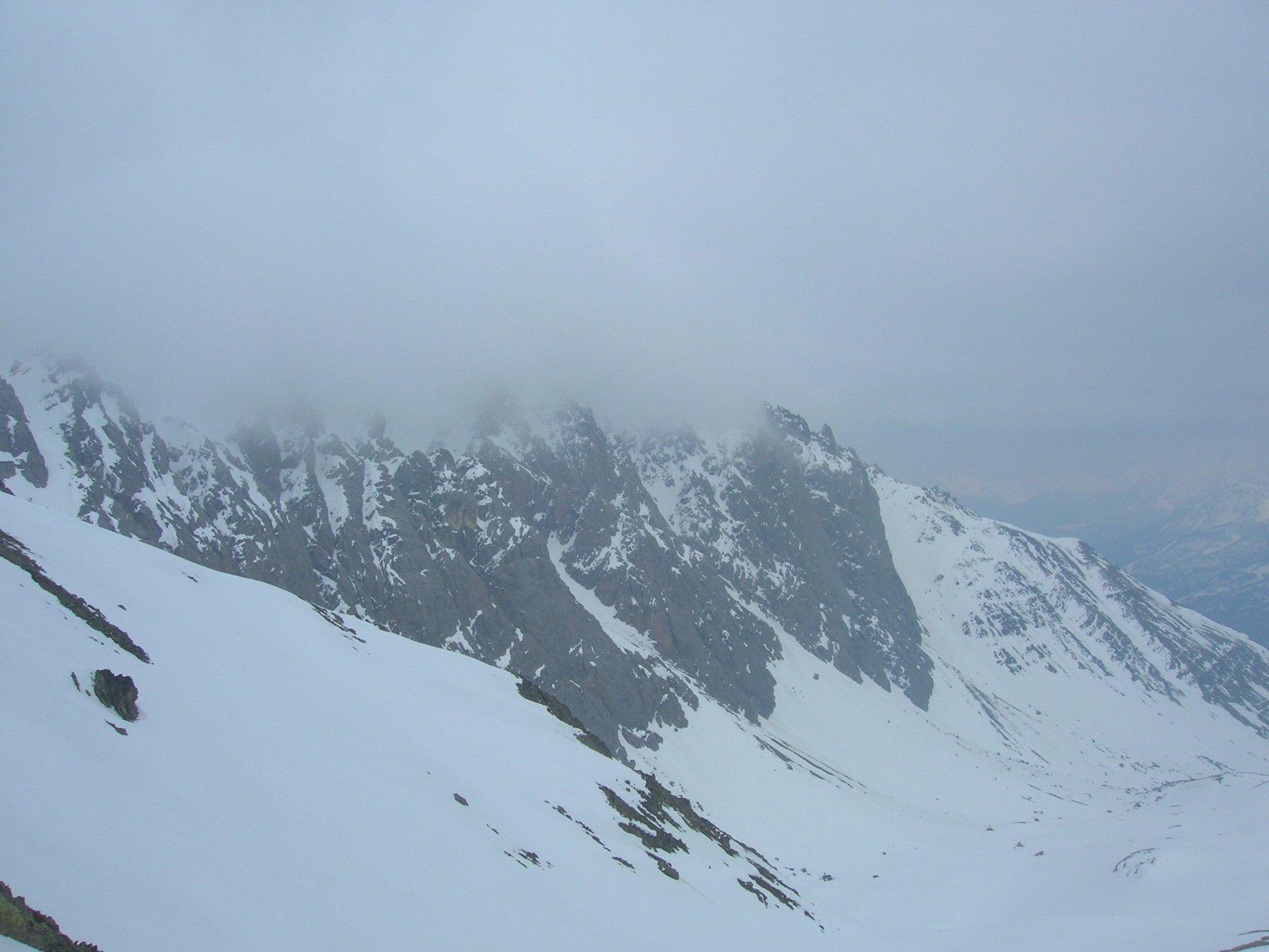 Le condizioni della cresta Tete Noire-Rocher Privè oggi: sullo sfondo i pendii ovest della Tete Noire, poi le due Tours de la Moulette, quindi la parete nord-ovest e da ultimo il canale di discesa dal Rocher Privè