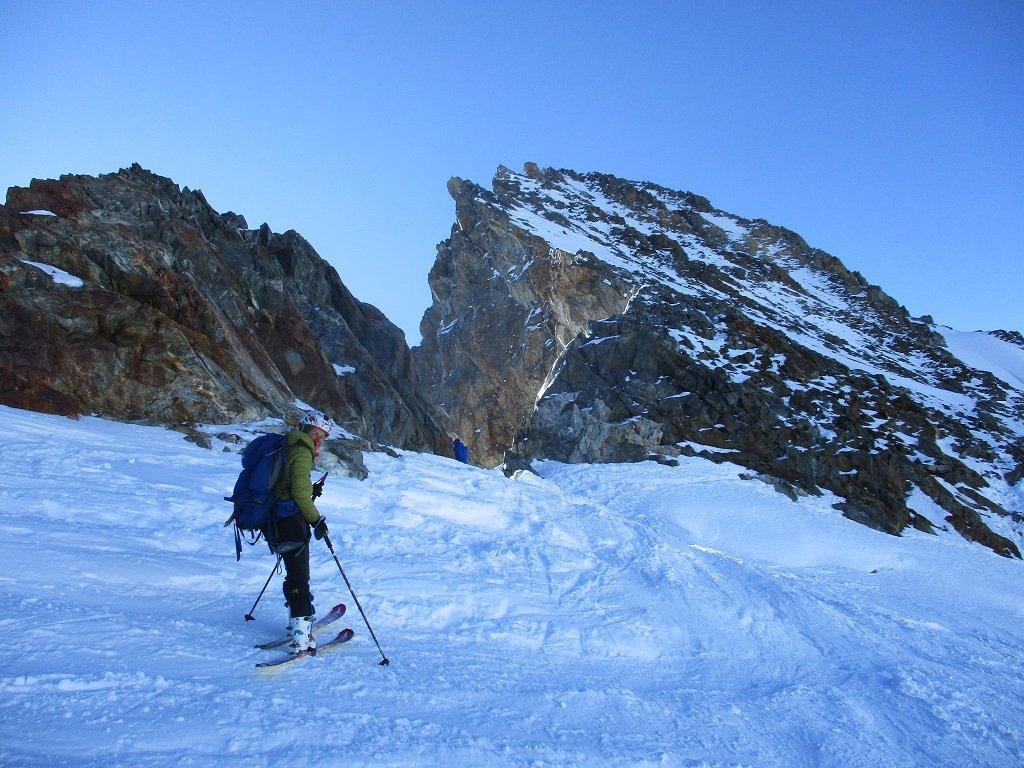 Arrivo al deposito sci e cresta di salita