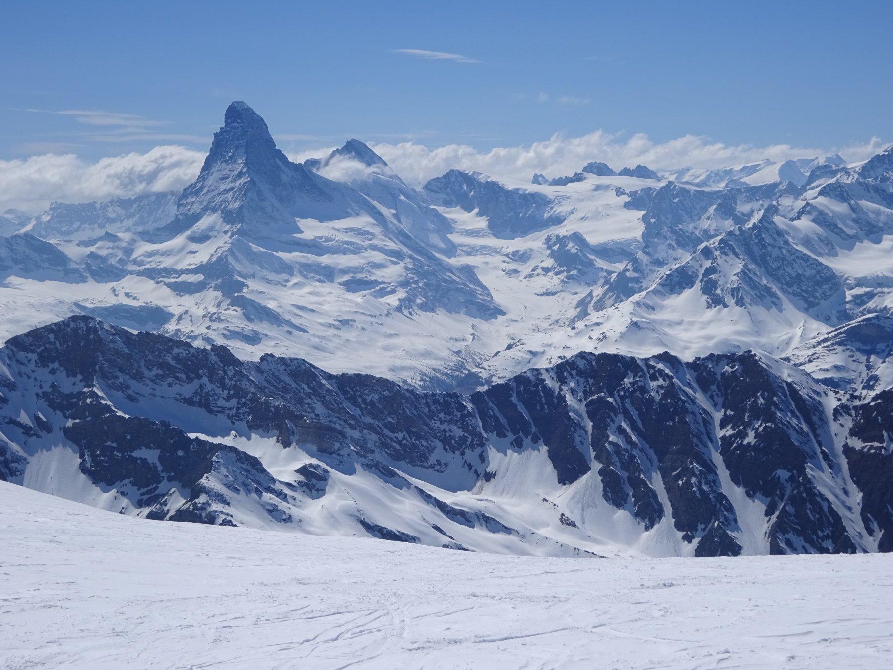 affacciandosi dall'Alphubeljoch per scendere nel vallone della Täschhütte
