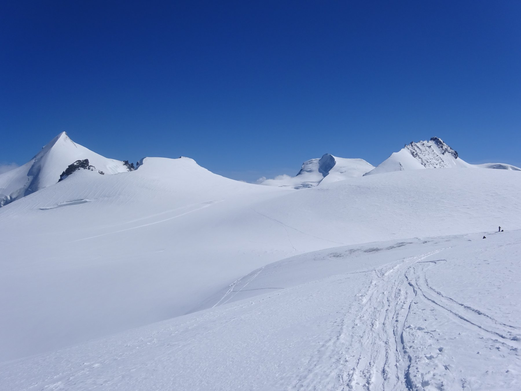 Discesa verso l'Alphubeljoch. Vista su Allalinhorn, Strahlhorn e Rimpfishhorn