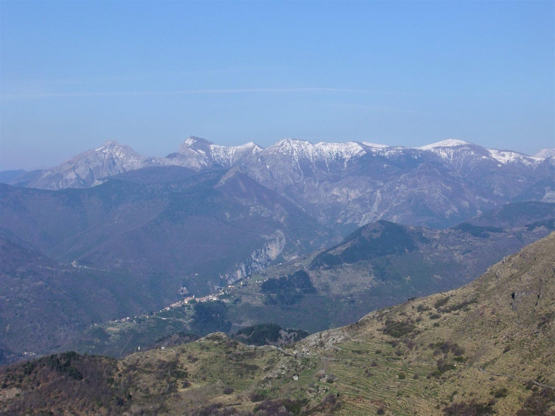 Dal Passo della Teglia : Toraggio , Pietravecchia e Cima Marta