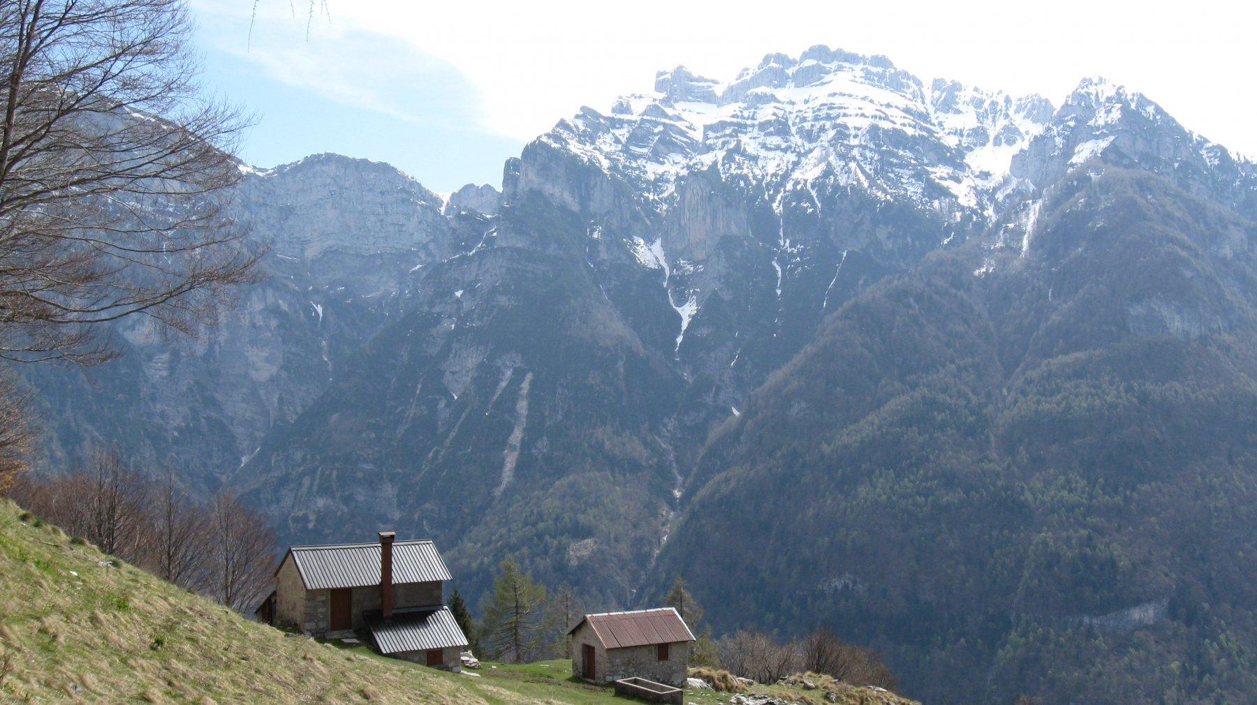 casera Pian dei Buoi con Monte Borgà e Palazza