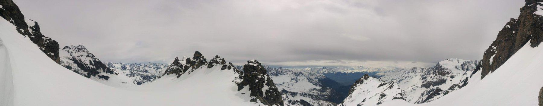 Dal colle dell'Amianthe: a sinistra la discesa in lato elvetico a destra la salita dal versante italiano