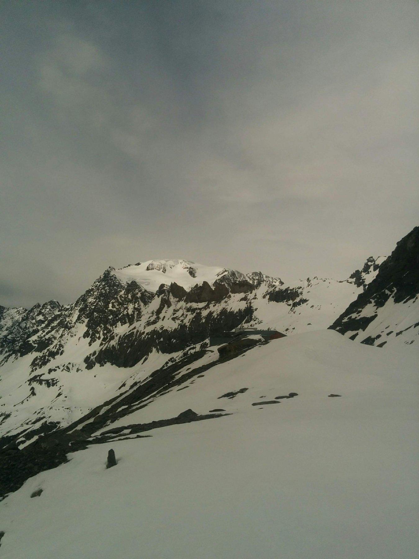 Il rifugio e il Mont Velan in secondo piano