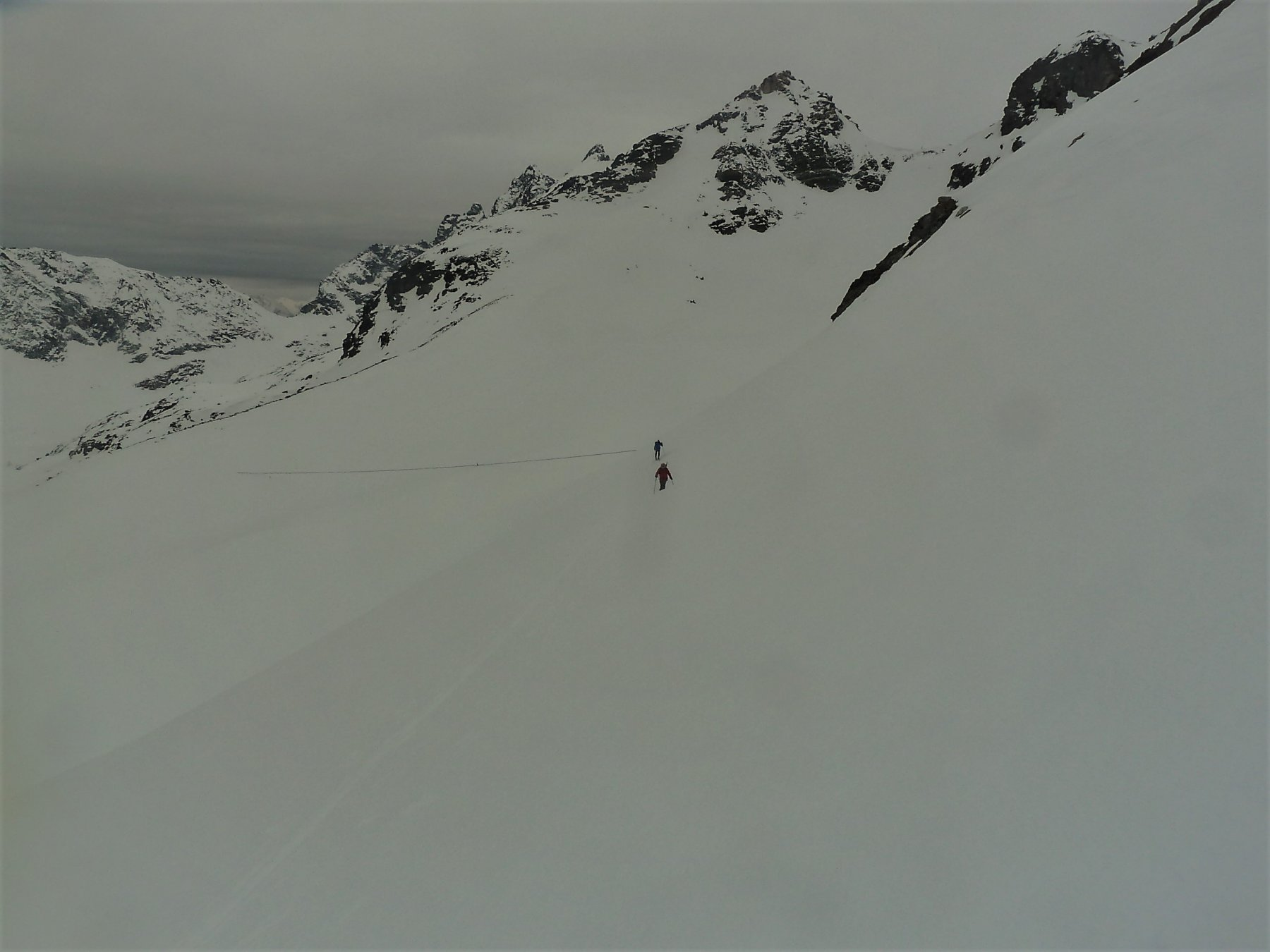 Verso il colle di Bella Tza. In alto a destra il colle di Valcournera