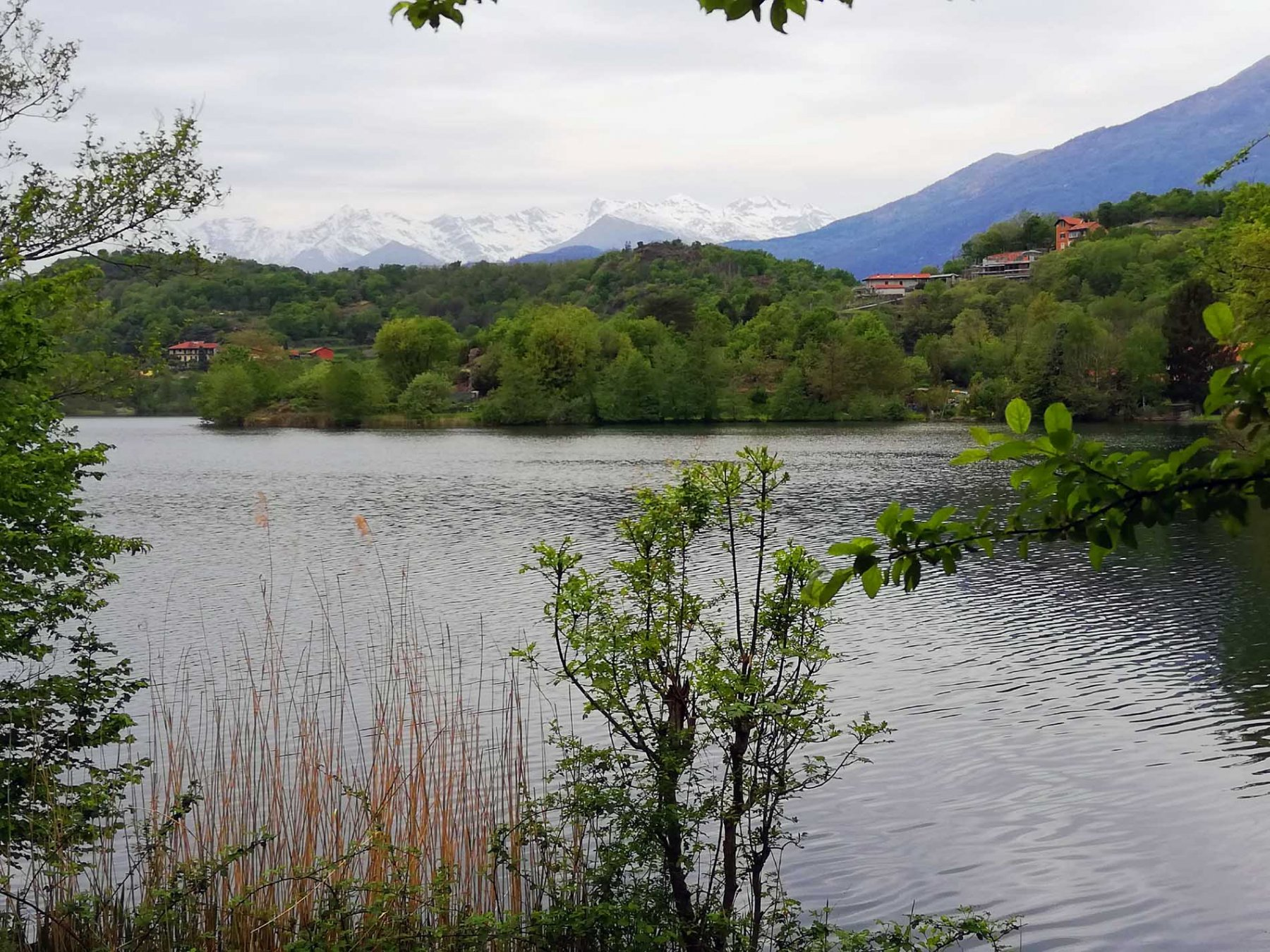 Lago Sirio con sfondo Valchiusella