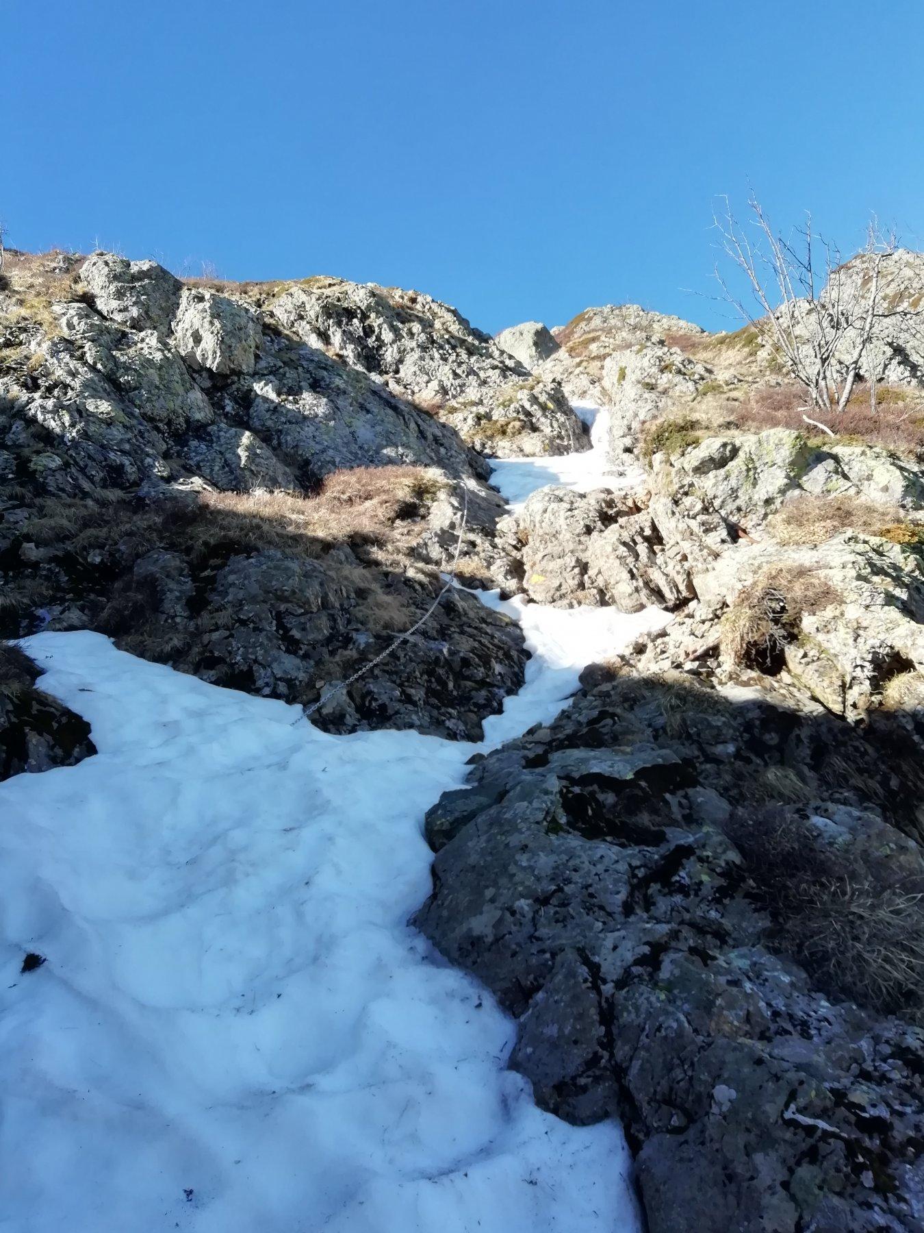 prima parte di sentiero attrezzato con neve