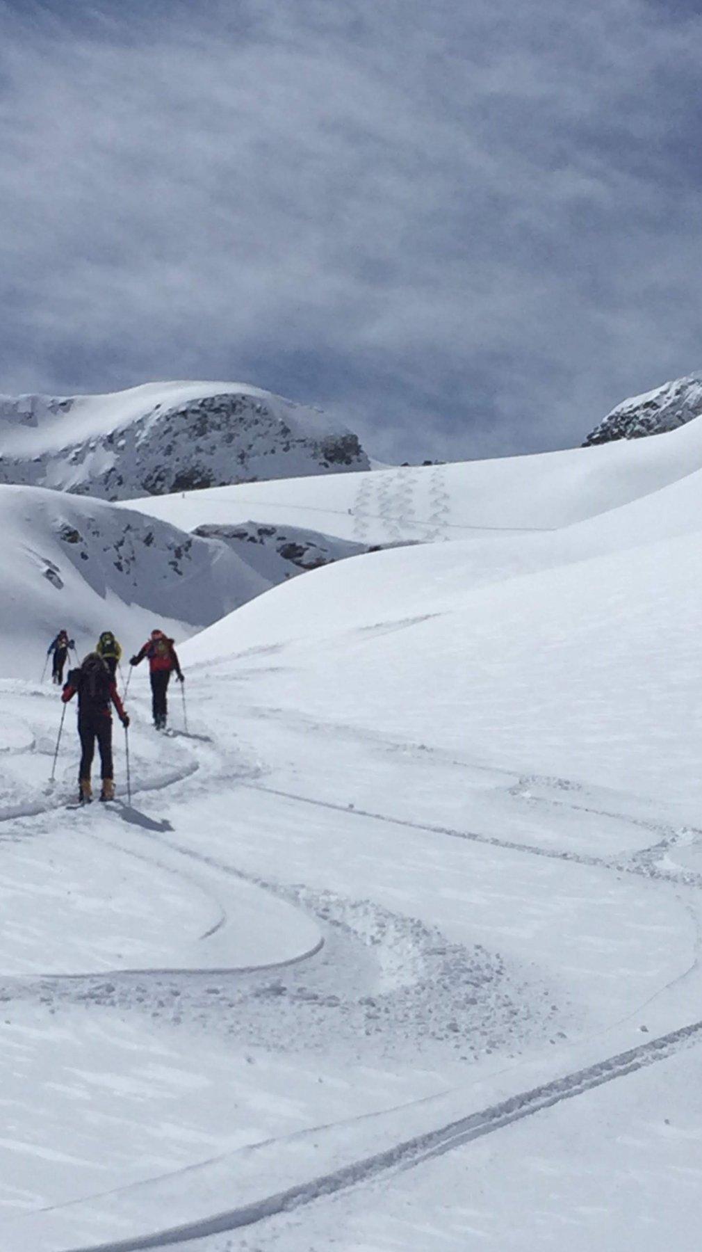Il ghiacciaio e la cresta che conduce in cima a destra
