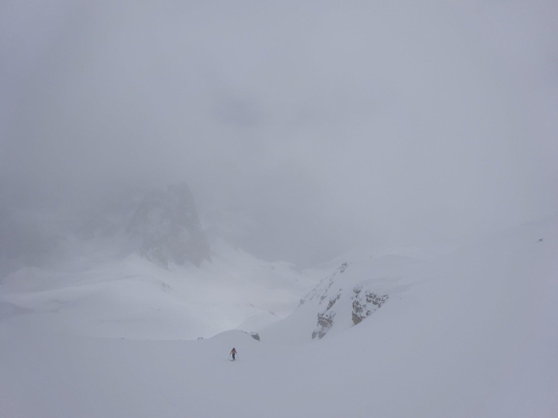 Gian Maria in salita sopra il Col des Meandes con i Grand Serù alle spalle
