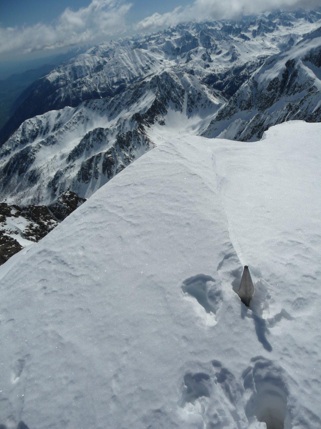 Croce di vetta sotto la neve