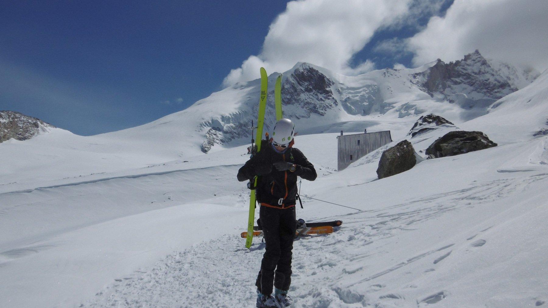 scendendo, prima della catena dal colle... sguardo indietro, si vedono rifugio ghiacciaio e punta
